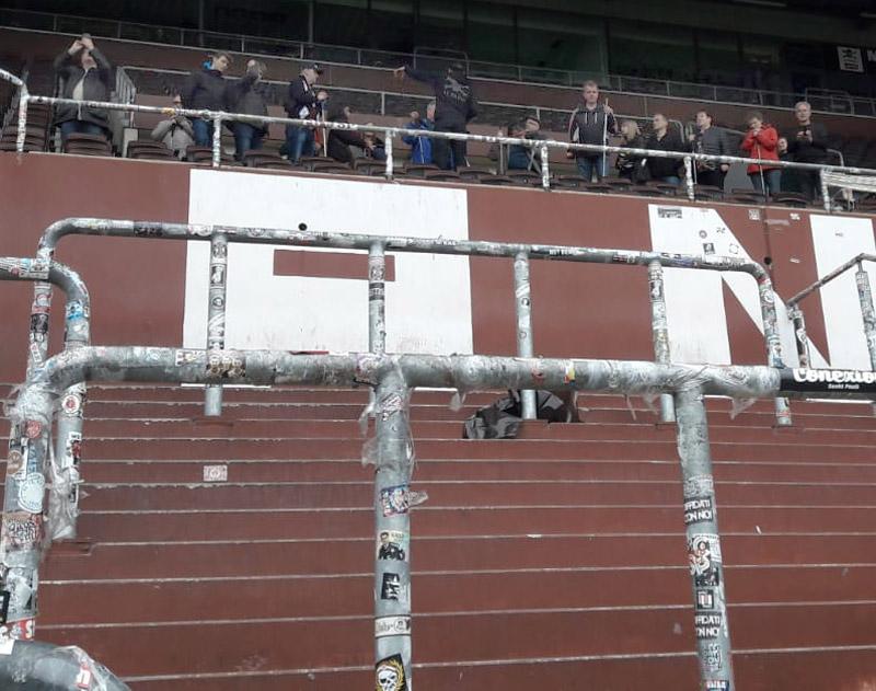 Mitglieder des Fanclub Sehhunde im Stadion des FC. St. Pauli.